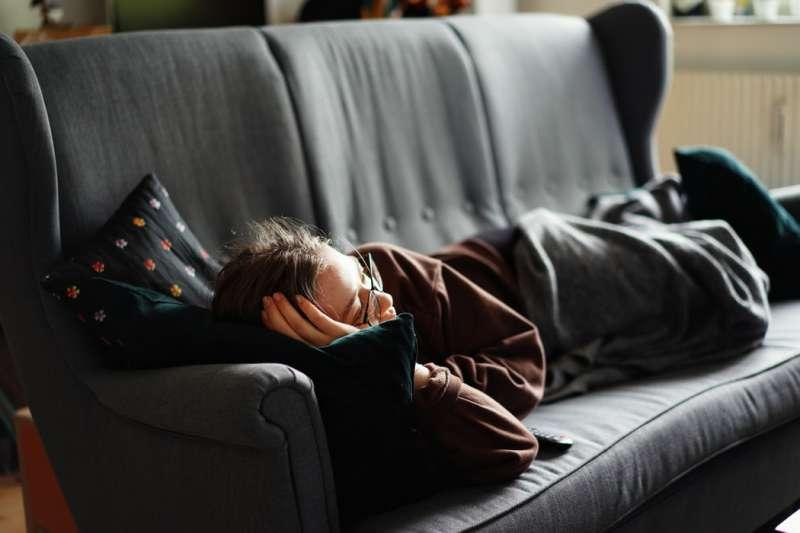 你也是一回家就躺沙發的人?坐姿不正確恐引發神經疾病。(圖/Unsplash)
