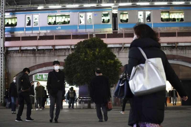東京疫情入冬後不斷升高,但政府卻沒有實際做為。(美聯社)