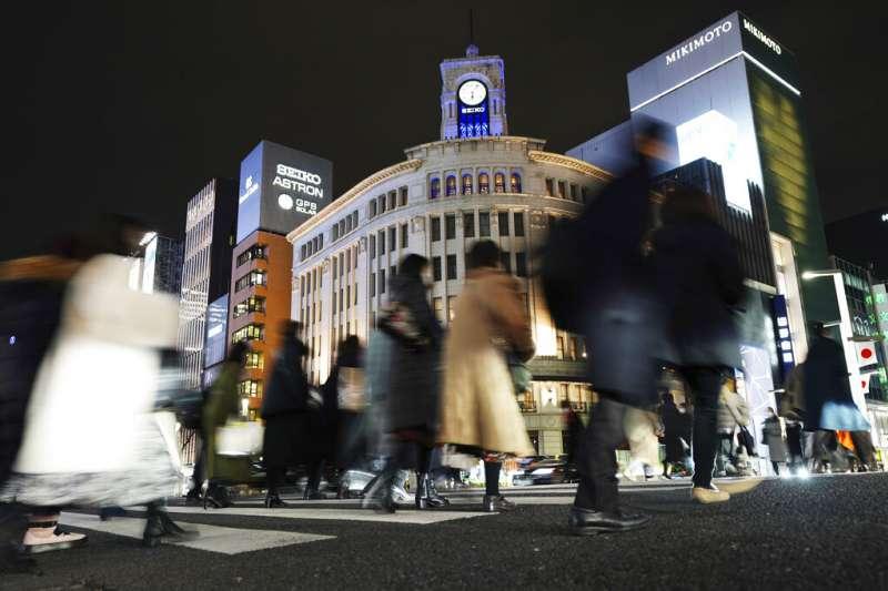 東京疫情入冬後不斷升高,但政府卻沒有實際做為。圖為銀座街頭的行人。(美聯社)