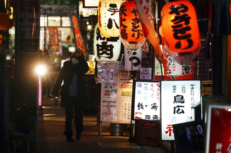 東京疫情入冬後不斷升高,在「緊急事態宣言」發布後,餐飲業將被要求大幅縮短營業時間。(美聯社)