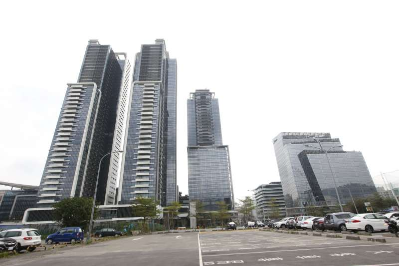 西華富邦所剩戶數不多,三十樓以上的高樓層戶單價動輒200萬以上,若以去年度最高單價,33樓的211.8萬相較,低樓層每坪價差將近70萬,每戶價差近億,等於可以再買一棟豪宅。(郭晉瑋攝)