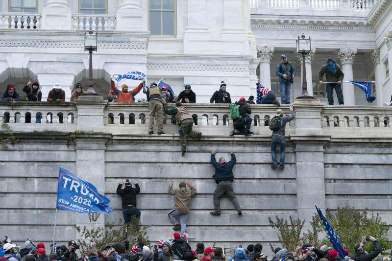 2021年1月6日,支持美國總統川普的暴民攻入國會山莊,與警方暴力衝突(AP)