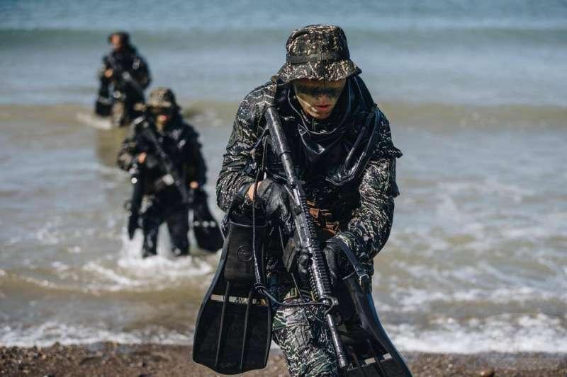 莒光園地《國防線上》披露比兩棲專長班更高端的「水中爆破班」訓練內容。(取自軍聞社)