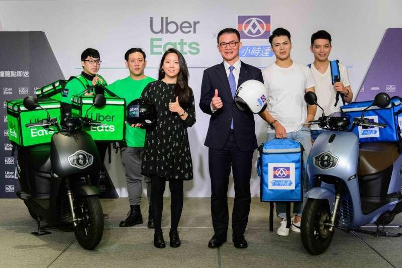 全聯總經理蔡篤昌(右三)與Uber Eats台灣總經理李佳穎(左三)共同宣布合作計畫。(全聯提供)