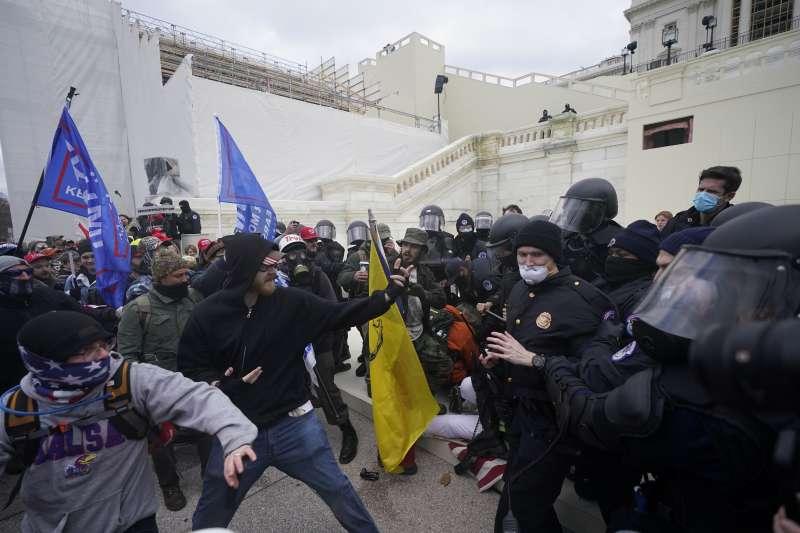 1月6日,支持美國總統川普的暴民攻入國會山莊,與警方暴力衝突。(AP)