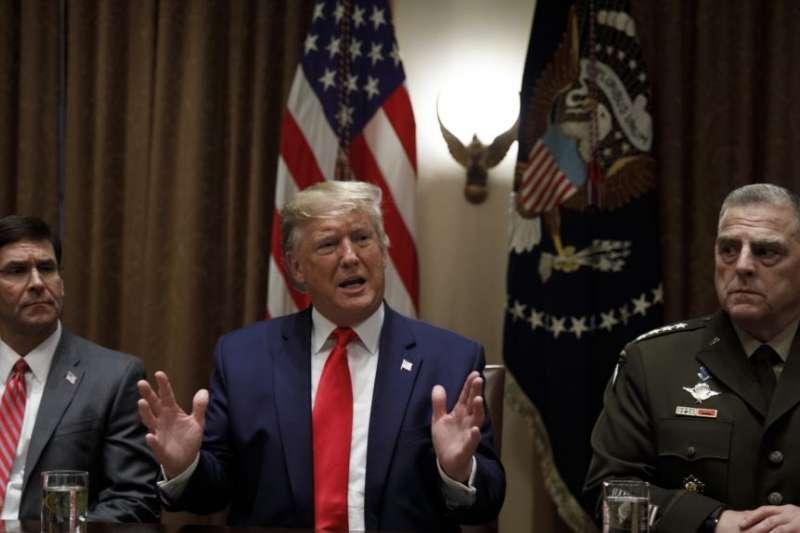 2019年,川普總統和前國防部長艾斯培(左)以及美軍參謀長聯席會議主席米利在白宮的一個記者會上。(美國之音)