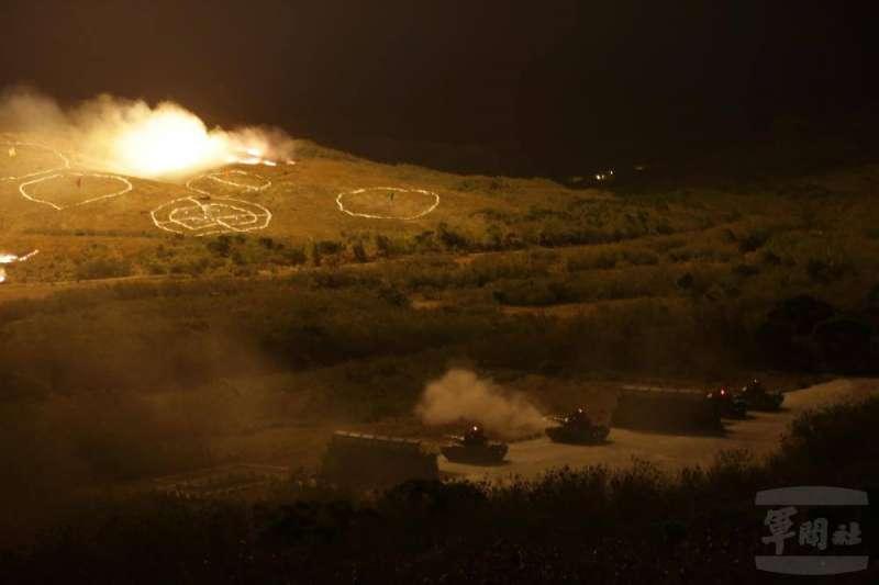 「機步269旅」於屏東三軍聯訓基地實施聯戰「夜間攻擊測考」,照明彈連番打出照亮訓場山頭,場面壯觀。(取自軍聞社)