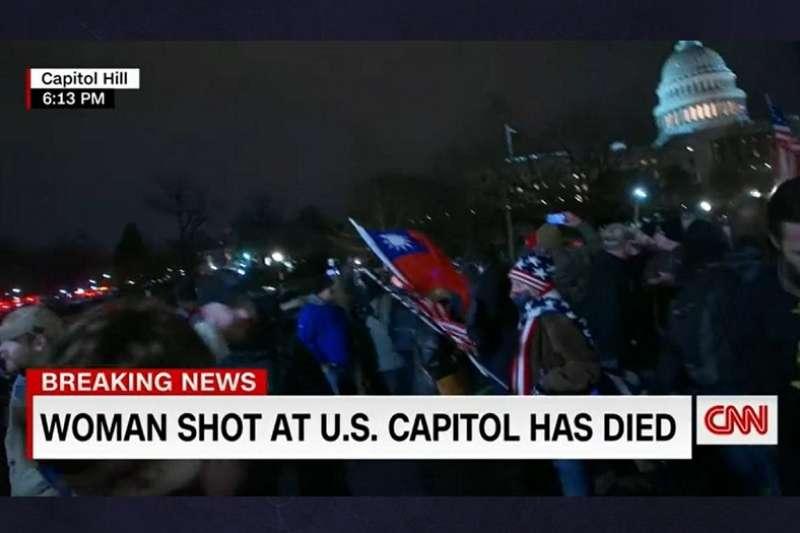 1月6日,川普支持者闖入美國國會抗爭,期間有支持者高舉代表「自由中國」的中華民國國旗。(照片來源:CNN截圖)