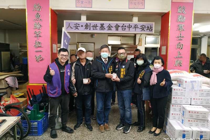 寒流一波波來襲,台中市政府社會局即時提供街友低溫關懷服務。(圖/台中市政府提供)
