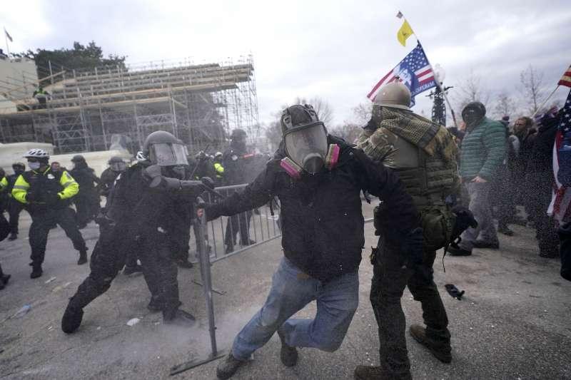 2021年1月6日,美國總統川普動支持者攻占國會,與警方爆發衝突。(AP)