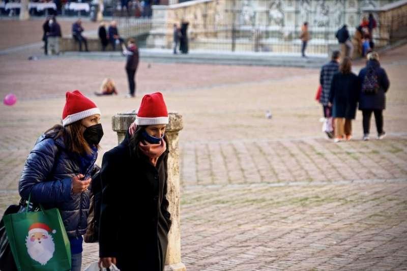 送禮是聖誕的傳統習俗  (曾廣儀攝)