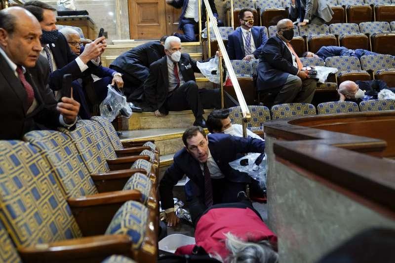 2021年1月6日,美國總統川普動支持者攻占國會,議員與議事人員倉皇走避(AP)
