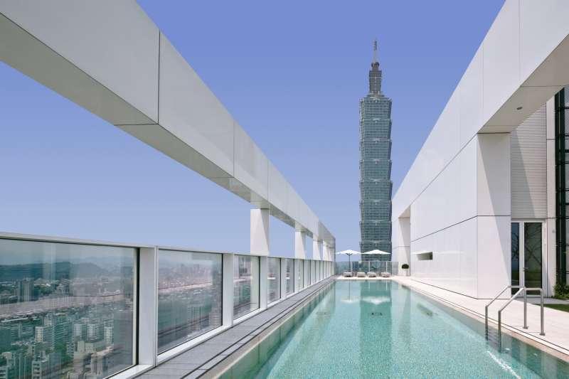 琢白公設泳池可以直接欣賞台北101大樓景觀。(慕樺建築行銷提供)