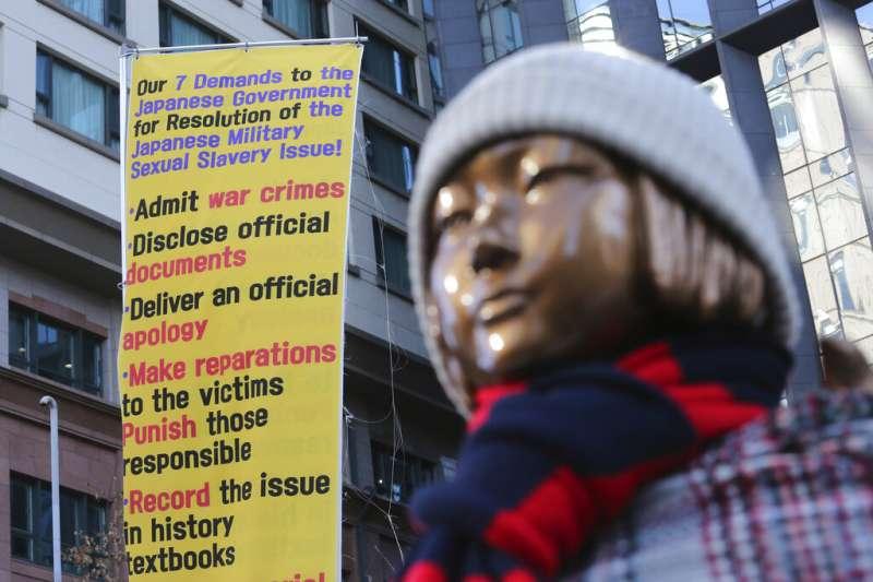 日本駐首爾大使館外的慰安婦少女銅像。(美聯社)