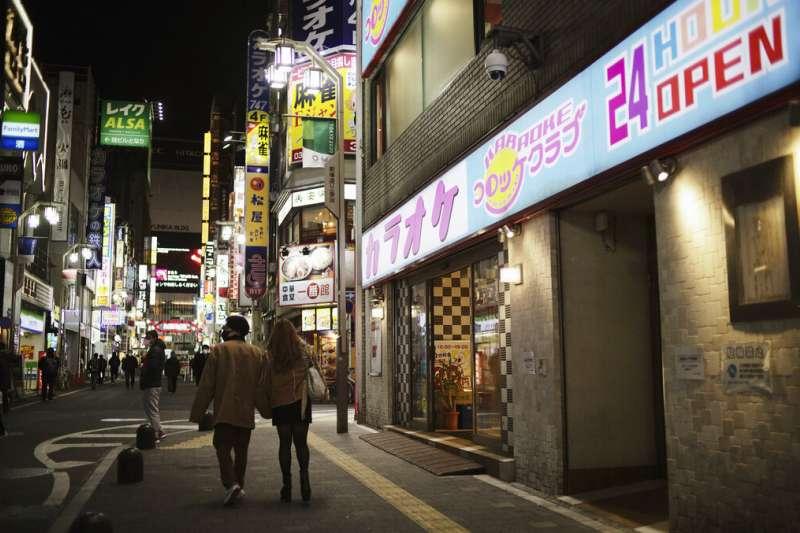 東京進入2021年後疫情更加嚴重,但新宿鬧區晚間還是不乏人潮。(美聯社)