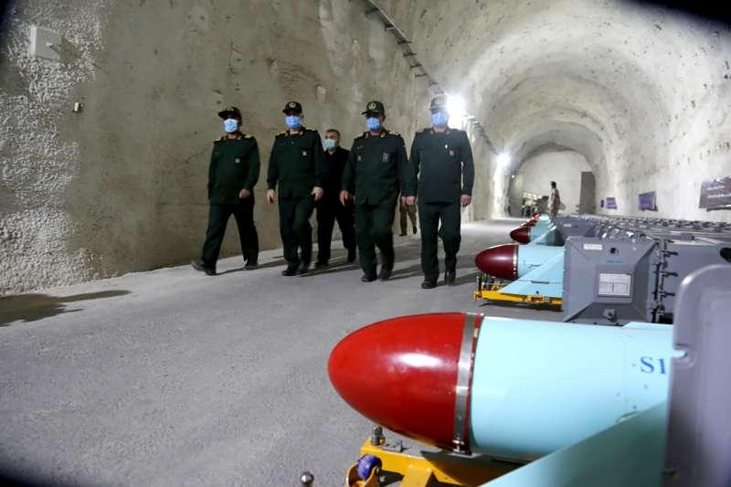 伊朗伊斯蘭革命衛隊8日大方秀出一處地下基地,向美國展示軍力。(AP via Sepah News)