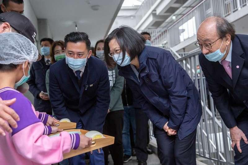 總統蔡英文(中)8日前往新竹市一家幼兒園視察營養午餐情形,並強調政府高度重視食安議題。(資料照,總統府提供)