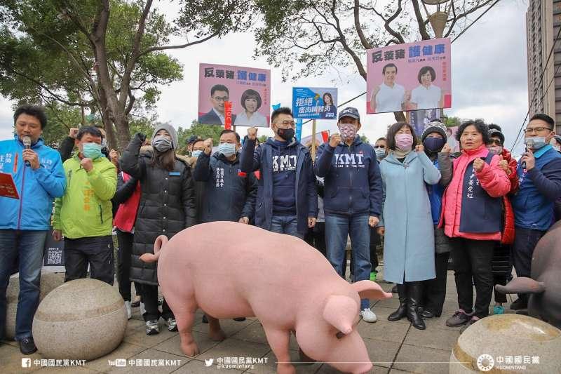 國民黨拚反萊豬、還我公投2項連署案,今天安排在全國159處議員選區、168個連署點「遍地開花」,黨內要角也分別前往不同地方助陣。圖左五為國民黨主席江啟臣、左六為前總統馬英九。(取自中國國民黨 KMT 臉書)