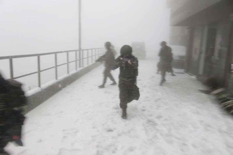 海軍高山雷達站降雪,國軍官兵依舊實施營區安全演練。(取自中華民國海軍臉書 )