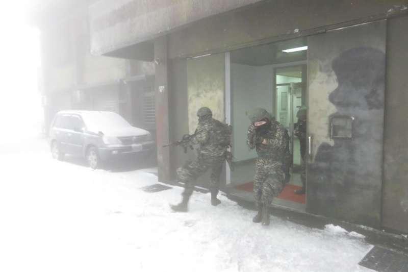 20210109-海軍高山雷達站降雪,國軍官兵依舊實施營區安全演練。(取自中華民國海軍臉書 )