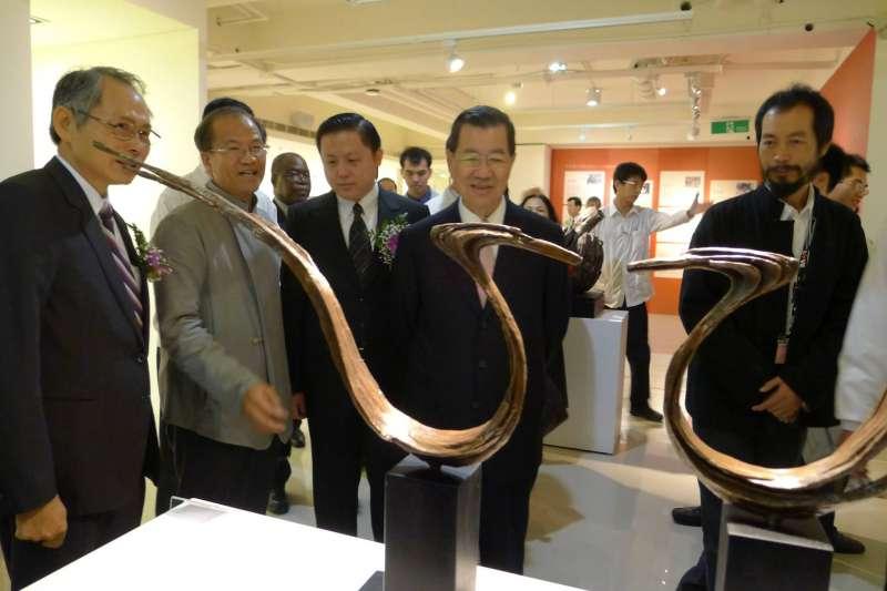20210109-前副總統蕭萬長(右二)曾赴台灣文化會館參訪。(取自財團法人台灣文化會館基金會臉書)