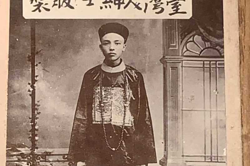 日本殖民前幾年,攝影師齋藤南在台經營照相館,專門拍台灣人事物作為旅遊紀念品銷售,造型仍是清裝。(圖/徐宗懋圖文館)
