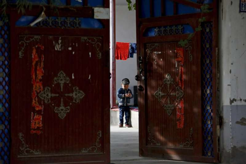 中國大肆迫害新疆維吾爾人,甚至強迫女性裝子宮內避孕器,形同進行「人口滅絕」。(資料照,AP)