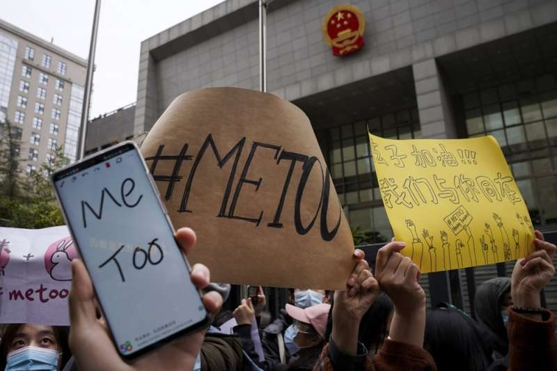 中國「#MeToo」運動,許多民眾在寒冷冬天走向街頭,聲援「周曉璇訴朱軍案」。(AP)