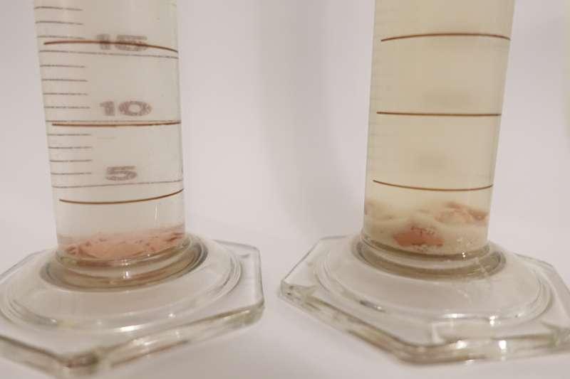 二代小分子褐藻醣膠(左)以海洋大學技轉的「高水溶性」為技術升級核心,可剔除一代,舊有技術下的多餘沉澱物。(圖/輕采國際提供)