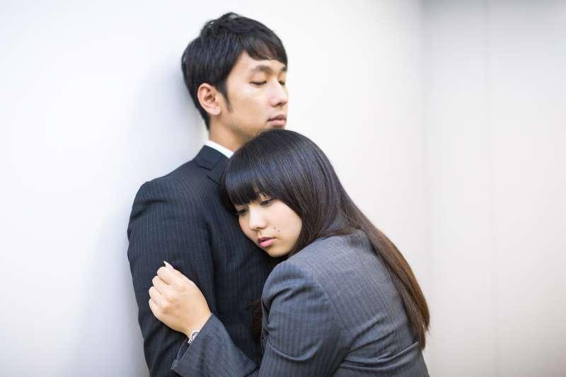 自卑就像磁鐵,容易吸引「隱藏型自卑」的戀人。(圖/取自PAKUTASO)
