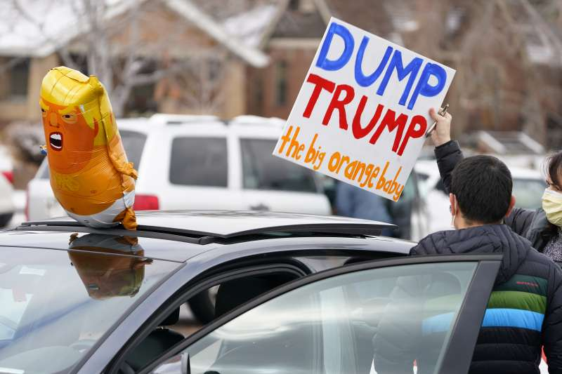 2021年美國總統川普倒行逆施,要求他辭職下台、國會將他彈劾的聲浪高漲(AP)