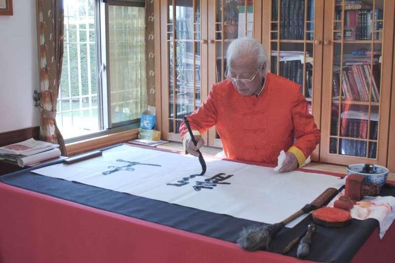 王忠泉老先生即使119歲高齡,每日仍可站立揮毫1小時,爬樓梯上下也不用人攙扶。(圖/原輔堂提供)