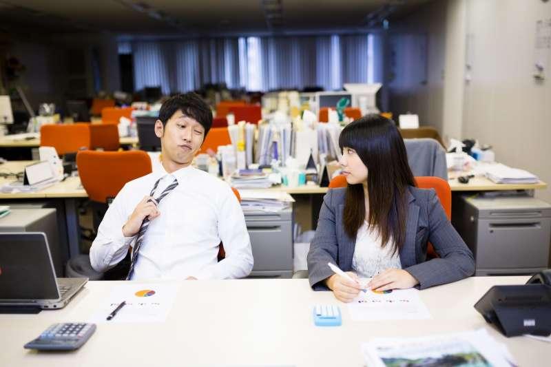 你也曾經在職場上遇過能力差、卻毫無自覺的「豬隊友」嗎?(圖/取自PAKUTASO)