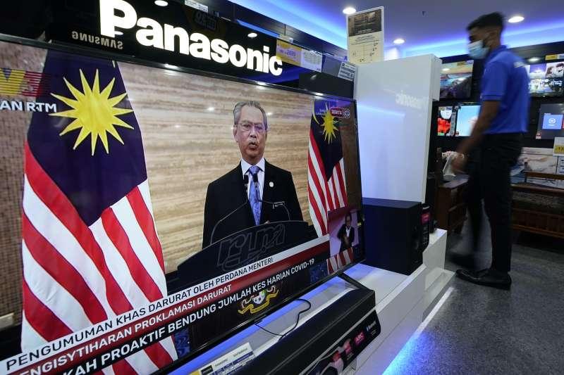 2021年1月12日,馬來西亞新冠疫情嚴峻,首相慕尤丁宣布大馬即日起至8月1日進入緊急狀態,並凍結國會和全國選舉。(AP)