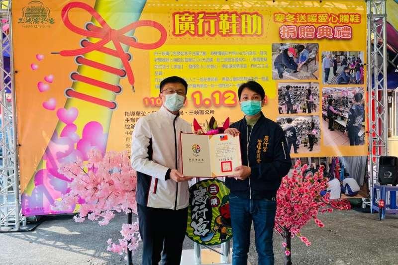 教育局局長張明文(左)頒發感謝狀給三峽廣行宮管委會主委黃騰霆。(圖/新北市教育局提供)