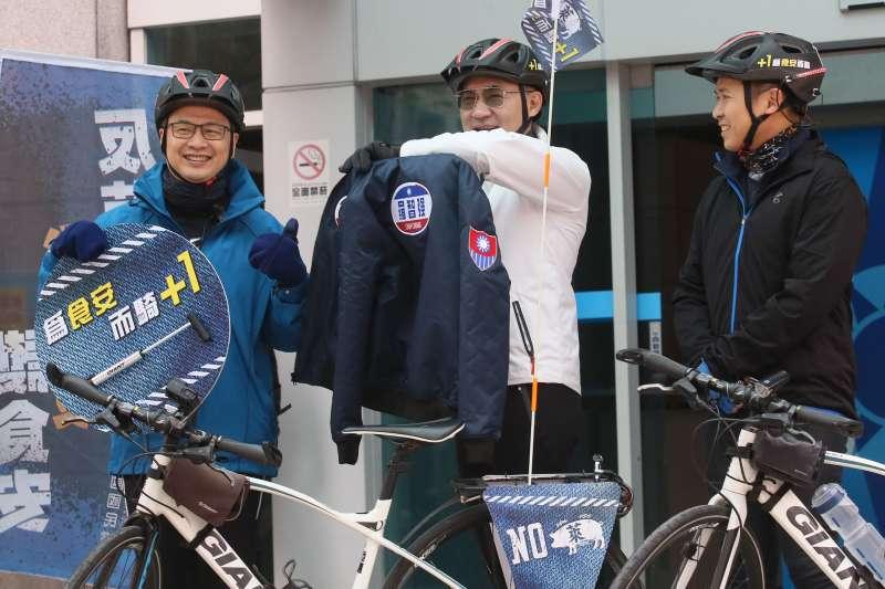 20210112-國民黨主席江啟臣(中)與台北市議員羅智強(左)12日出席為食安而騎-反萊豬「公投連署,縱騎台灣」活動。(柯承惠攝)