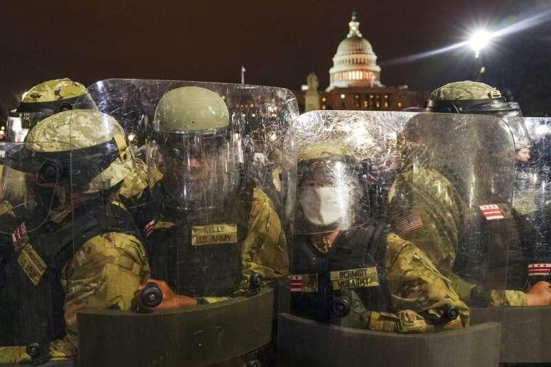 川普支持者1月6日闖入國會山莊,與國會警察發生激烈衝突,當晚國民兵在國會大廈外集結防禦。(美聯社)