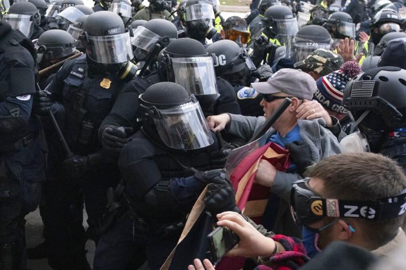 川普支持者1月6日闖入國會山莊,與國會警察發生激烈衝突。(美聯社)