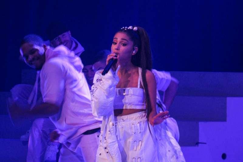 不久前美國知名歌手亞莉安娜(Ariana Grande)面對記者,毫不畏懼的講出了「What about it?」究竟這句話是什麼意思呢?(圖/取自flickr)
