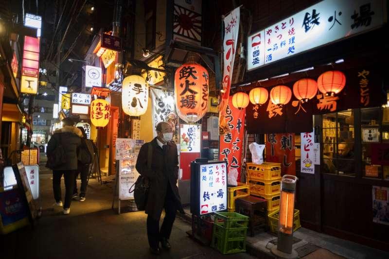 菅義偉發布緊急事態宣言後,東京的飲食業被要求只能營業到晚上8時。(美聯社)
