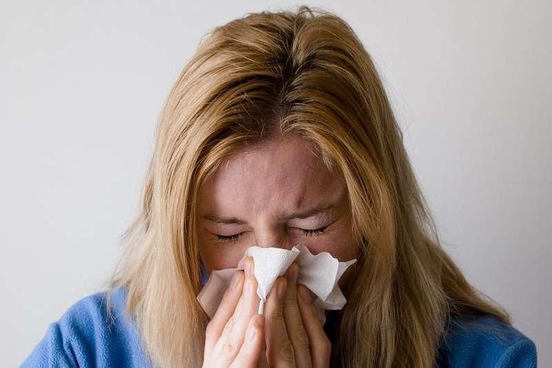 鼻竇炎治療會以口服抗生素及鼻噴劑為主,但若為鼻息肉導致的慢性鼻竇炎,或服藥後症狀未見改善,就需考慮內視鏡手術治療。(圖/取自Pixabay)