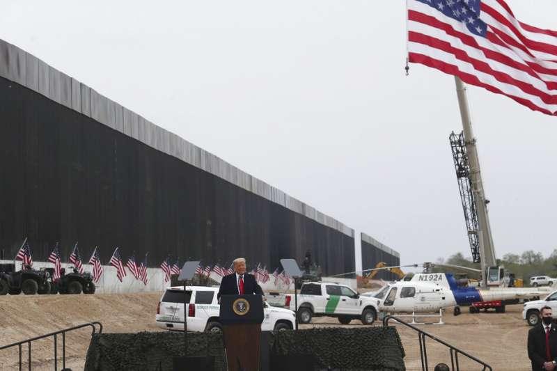 美國總統川普1月12日視察美墨邊境圍牆,談到新的彈劾案根本是荒謬與獵巫。(美聯社)