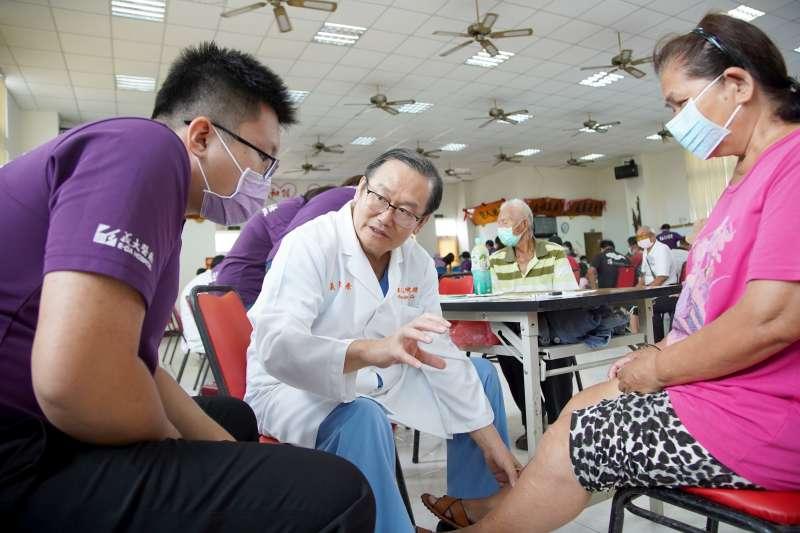 高雄義大醫院院長杜元坤(中)長年到澎湖義診,被譽為守護澎湖10萬人的離島狂醫。(圖/義大醫院提供)