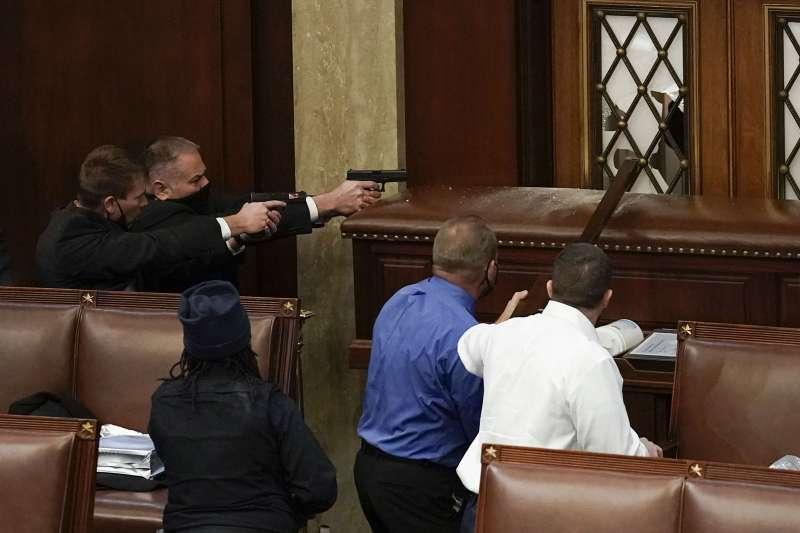 川粉闖入國會,警方一度應變不及。(美聯社)