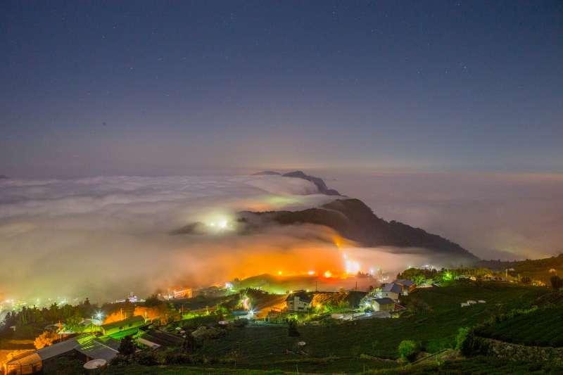 余信賢今天表示,阿里山頂石棹地形高低起伏大,且遍布茶園景色,秋冬擁有美麗的夜景,特別是出現雲海時的琉璃光夜景。(圖/余信賢提供)