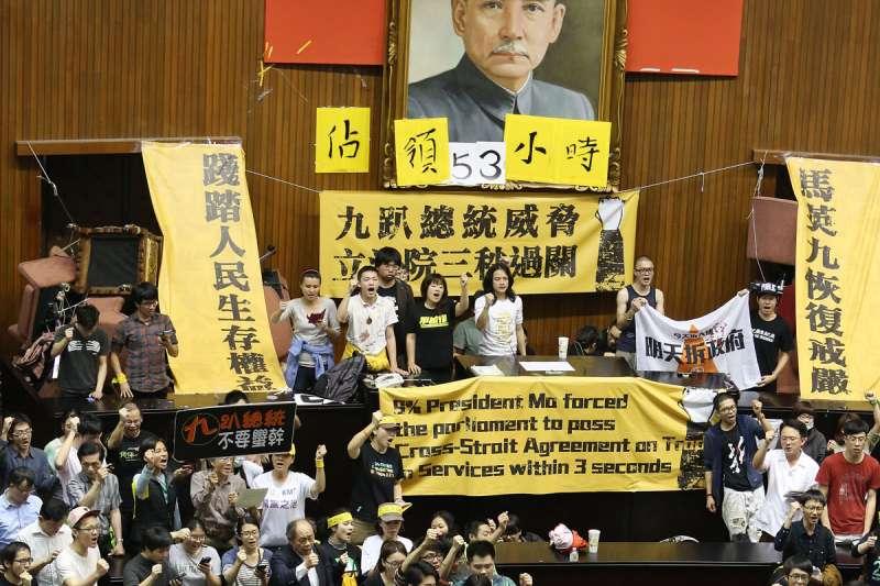 作者感概,台灣民主運動曾相當沸騰,學生衝入國會,高喊當獨裁成為事實,革命就是義務。然而如今走了99人,就像個數字,社會輿論如同溫水,不再沸騰滾燙。(資料照,林瑞慶攝)