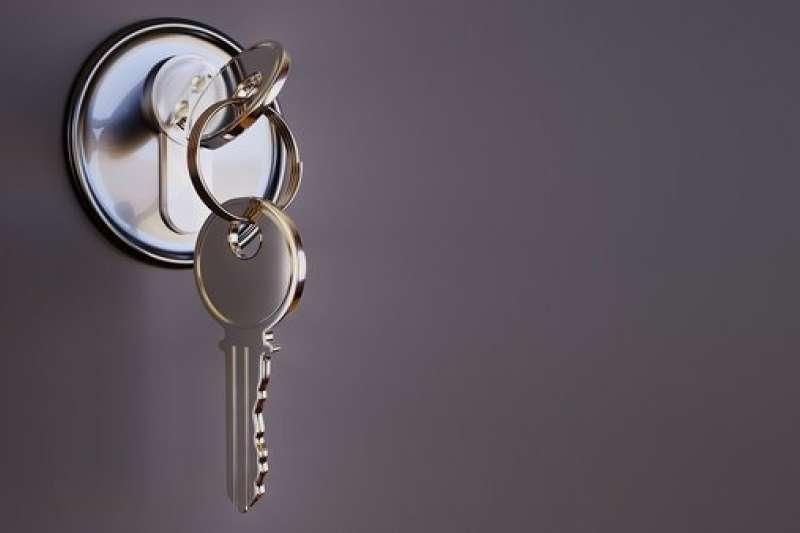 一名網友在PTT上透露鄰居竟拿著他家鑰匙打開原PO家大門。(圖/Pixabay)