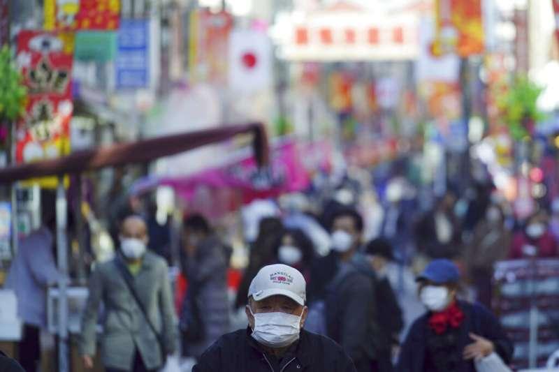 日本首相菅義偉13日宣布擴大「緊急事態宣言」範圍,同時停止與越南等11個國家的商務往來。(美聯社)