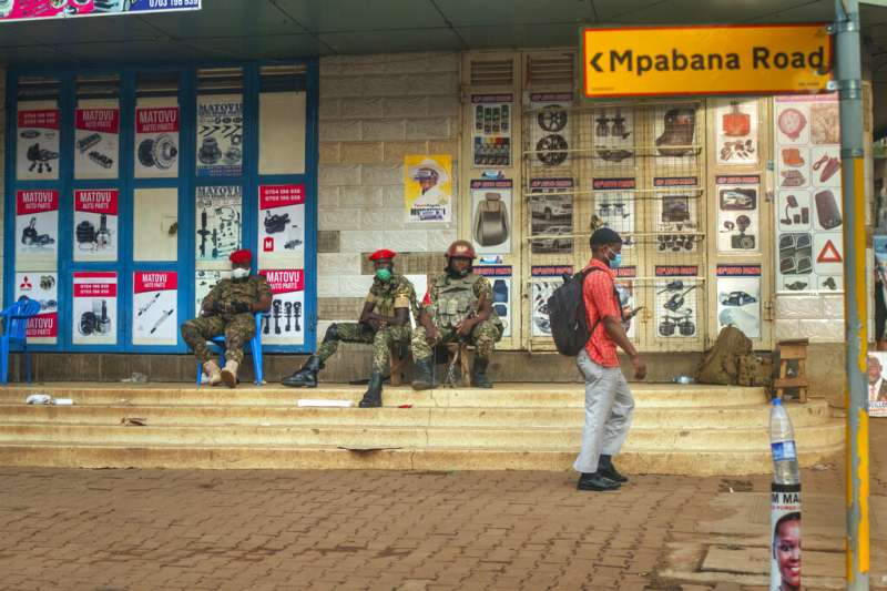 烏干達民族團結平台總統候選人森塔姆(又名鮑比韋恩)的競選總部附近,有政府的維安部隊就近「看管」。(美聯社)