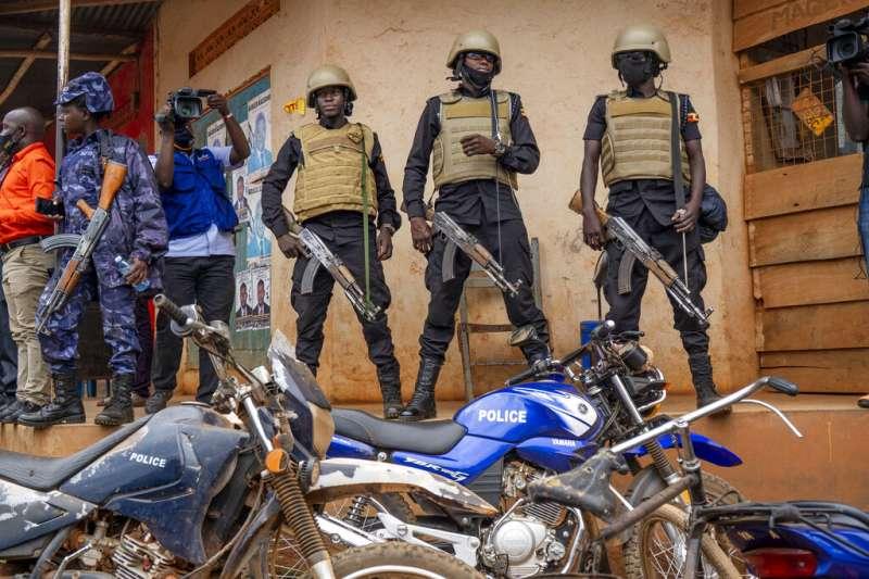 烏干達大選1月14日登場,政府的維安部隊在投票所外維持秩序。(美聯社)